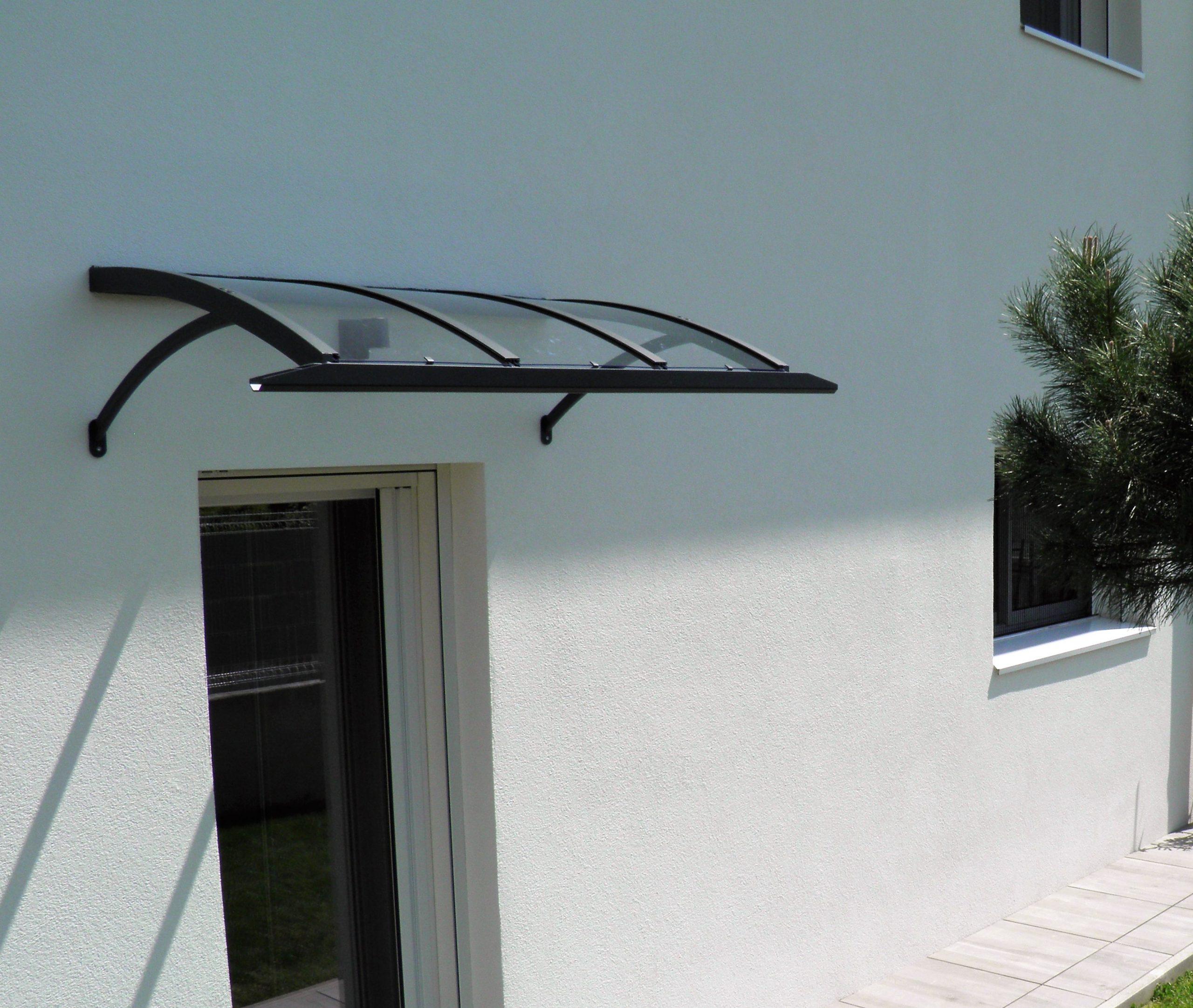 Auvent de porte cintrée avec chéneau pour récupération de l'eau de couleur noire