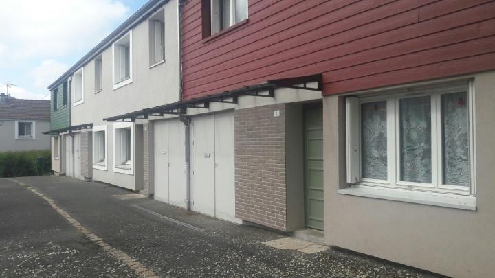 Marquises grandes portes d'entrées de 11 mètres en aluminium noir, sur façade de plusieurs logements en bois route et murs gris et blancs