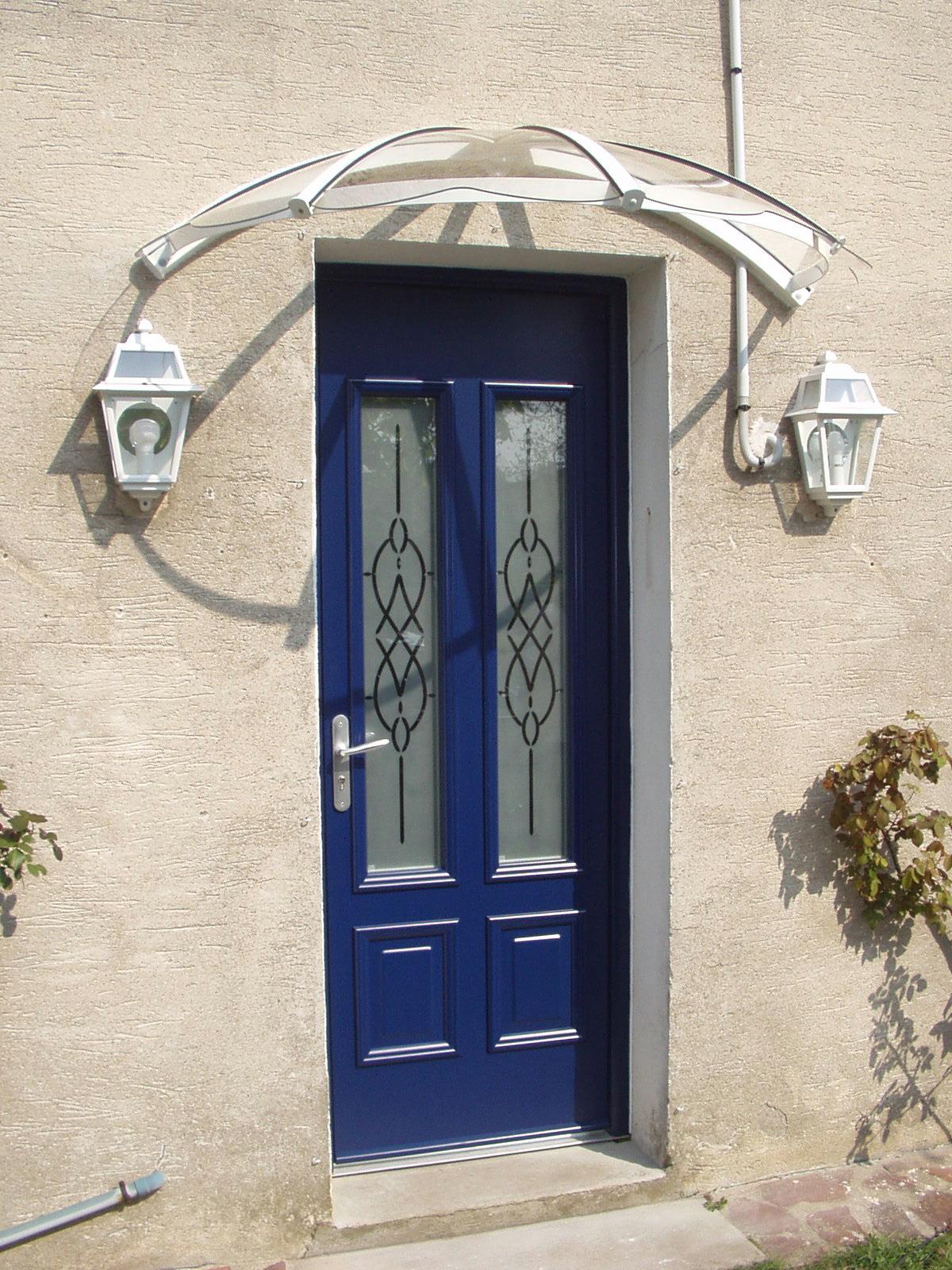 Auvent cintré en alu de porte d'entrée de monture blanche et polycarbonate plein incolore 4mm