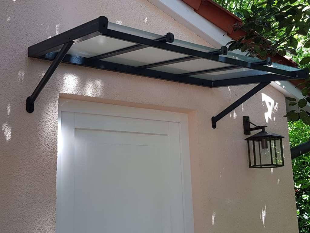 Marquise contemporaine en aluminium pour protection de porte d'entrée avec monture de couleur noir et verre granité 4mm