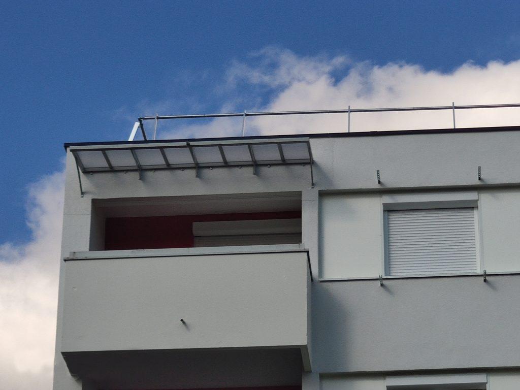 Auvent pour dernier étage au dessus d'un balcon, structure en aluminium soudé et thermolaqué grise 7038 Satiné L3200 x Prof 940